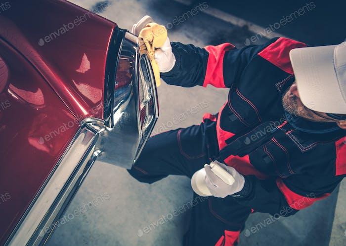 Hommes détaillant sa voiture classique