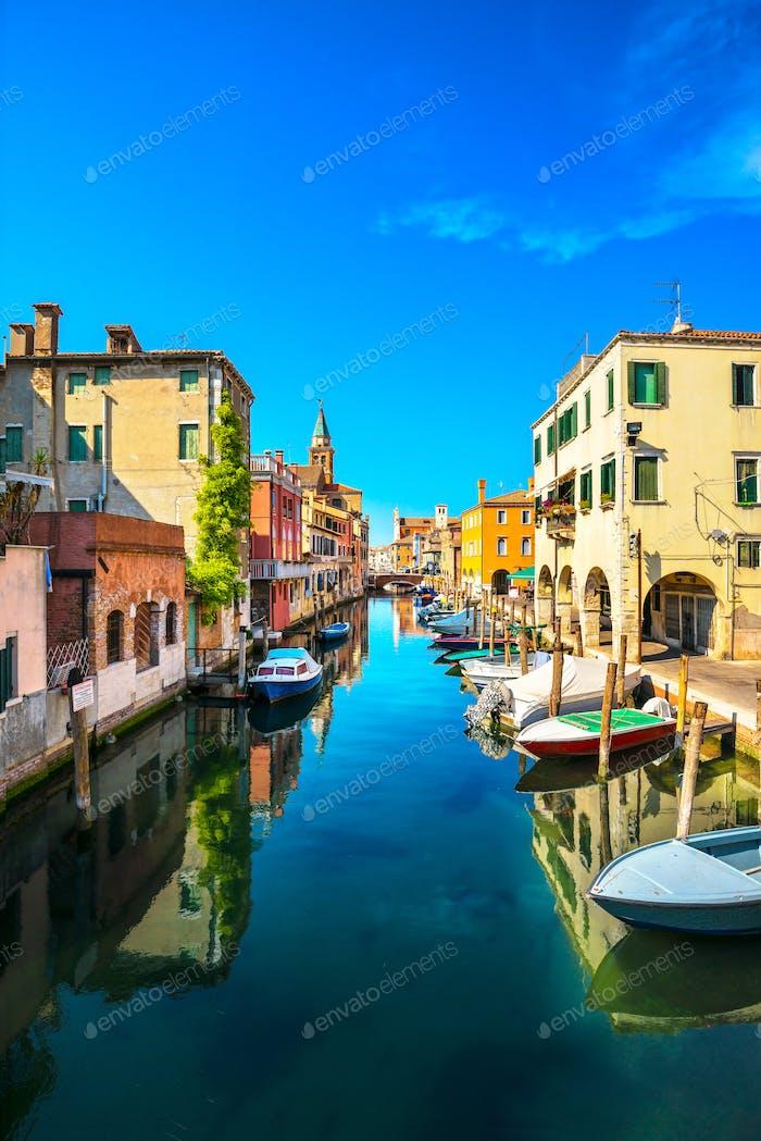 Chioggia Stadt in der venezianischen Lagune, Wasserkanal und Kirche. Venetien