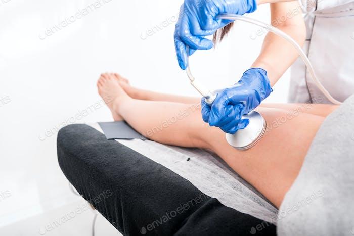 Anti-Cellulite-Behandlung im medizinischen Spa-Center, Vakuummassage-Verfahren
