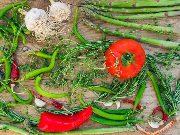 Овощи на деревянном столе