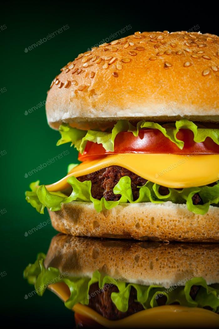 Lecker und appetitlich Hamburger auf einem dunkelgrünen