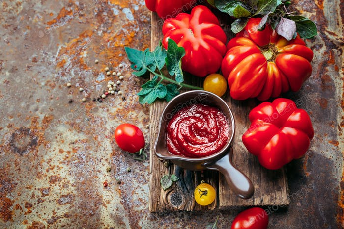 Tomato sauce and fresh tomatoes