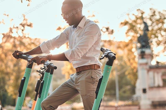 Der Mann zahlt für elektro- -Scooter mit seinem Handy