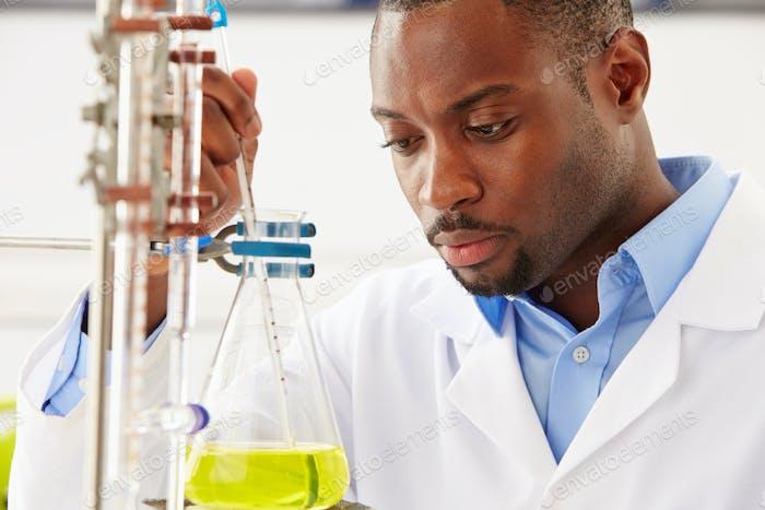 Wissenschaftler studieren Flüssigkeit in Flasche