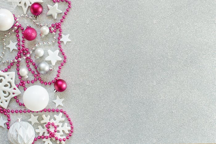 Weiße und rosa Weihnachtsdekoration