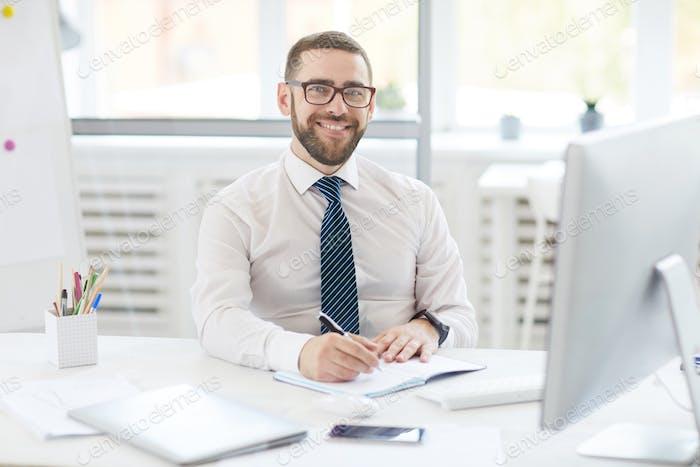 Positiver Manager bei der Arbeit