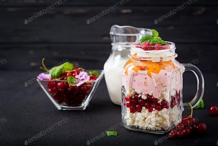 Hüttenkäse und Joghurtdesserts mit Sommerbeeren in einem Glas