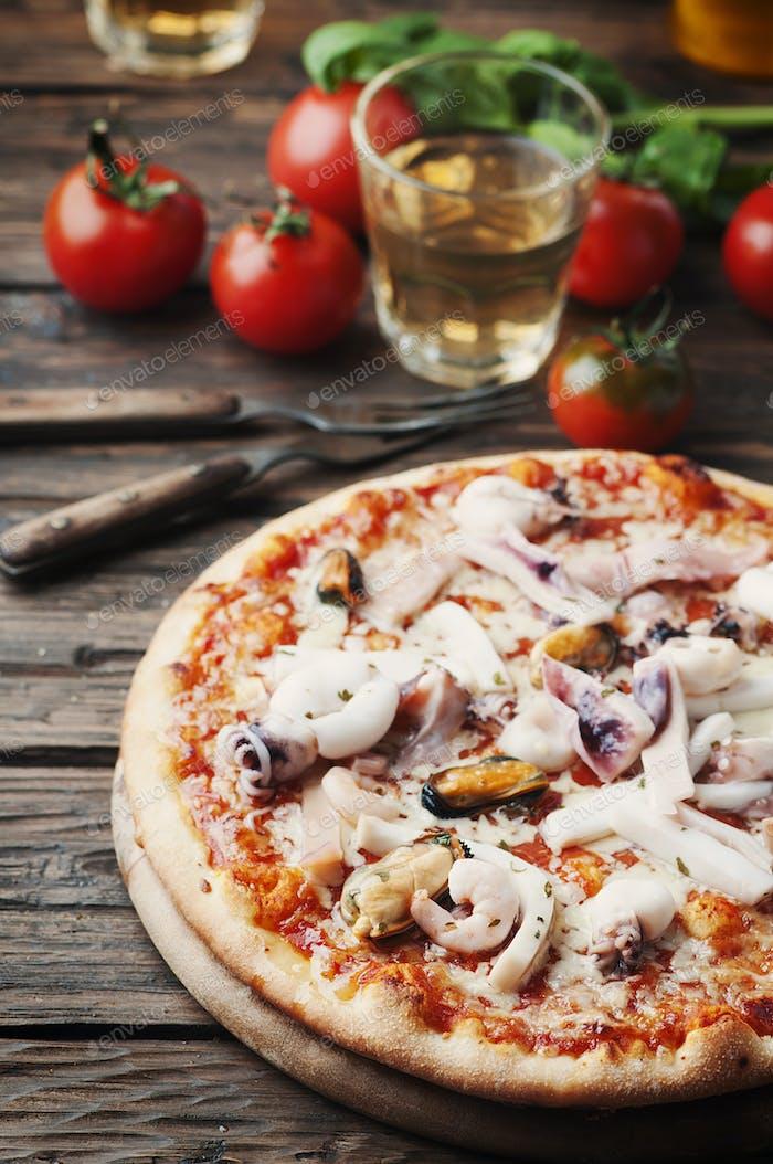 Italienische traditionelle Pizza mit Meeresfrüchten