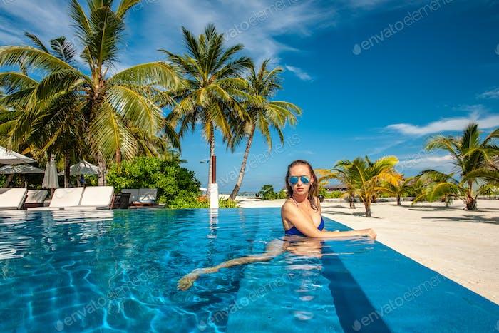Frau am Strand Pool auf den Malediven