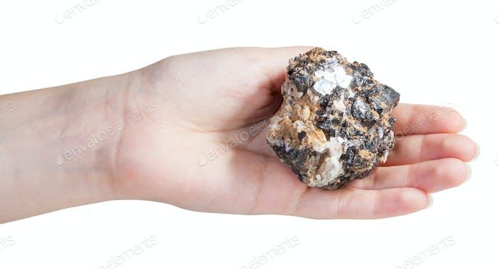 Stück Zink und Blei Mineralerz auf weiblicher Handfläche