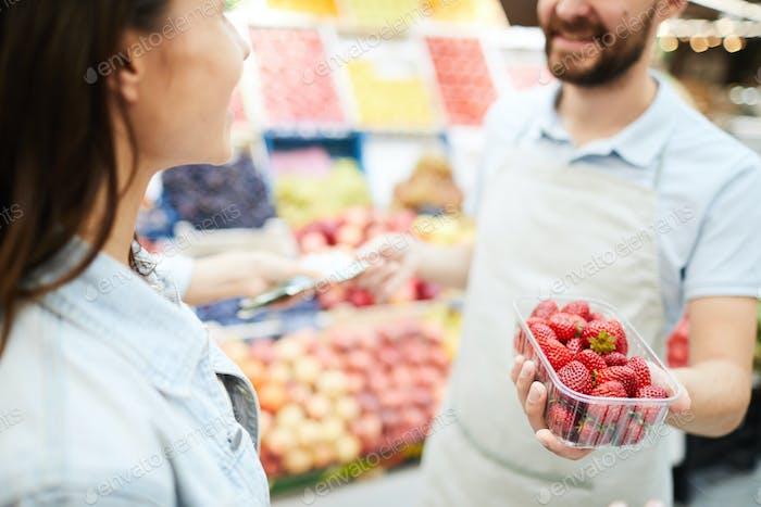 Lebensmittelhändler verkaufen frische Erdbeere