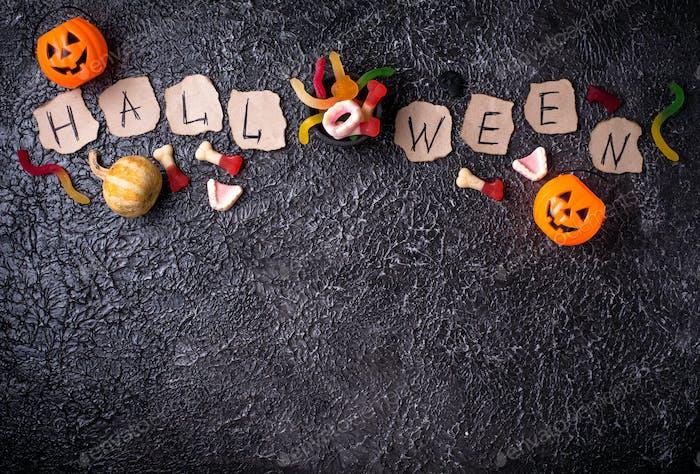 Kreative Halloween-Hintergrund mit Leckereien