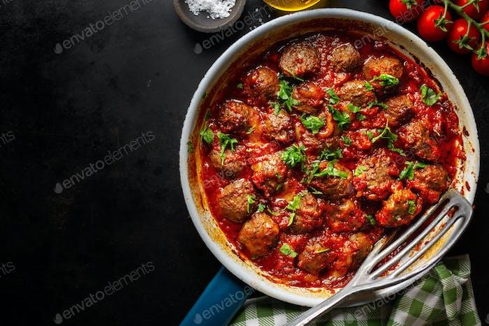 Fleischbällchen mit Tomatensauce in der Pfanne serviert