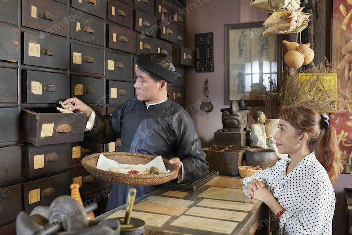 Apothecary worker collecting order