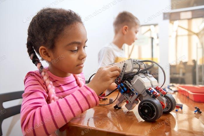 Afrikanische Mädchen erstellen Roboter