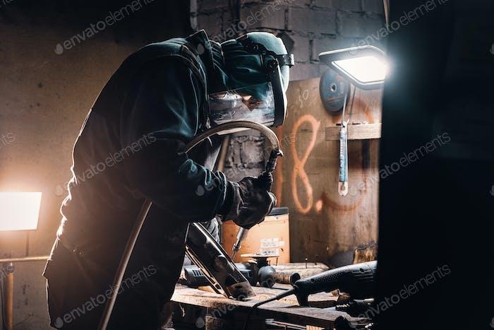 Beschäftigter Mann arbeitet auf Metallfabrik