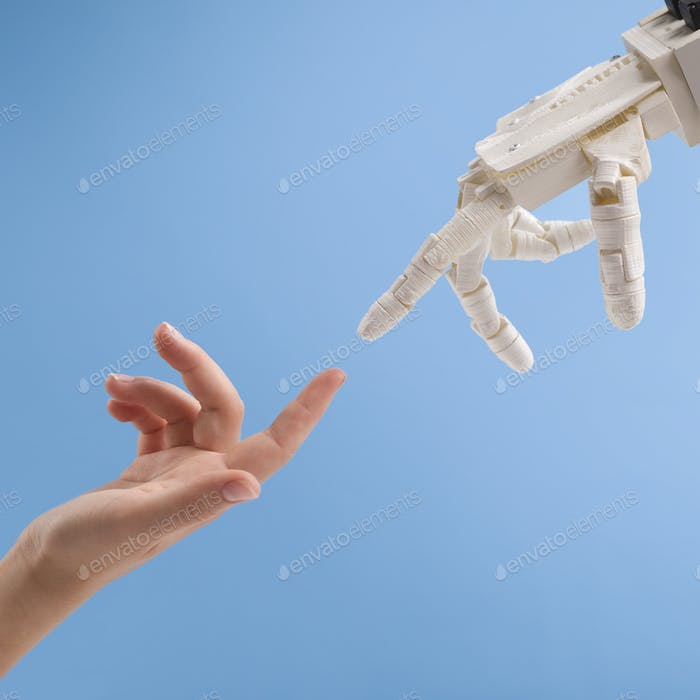 Weibliche und Roboterhände greifen zueinander auf blauem Hintergrund