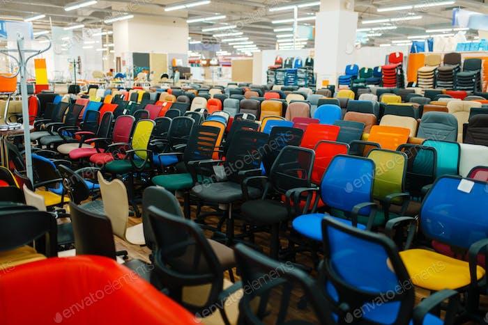 Reihen von Bürostühlen im Möbelhaus Showroom