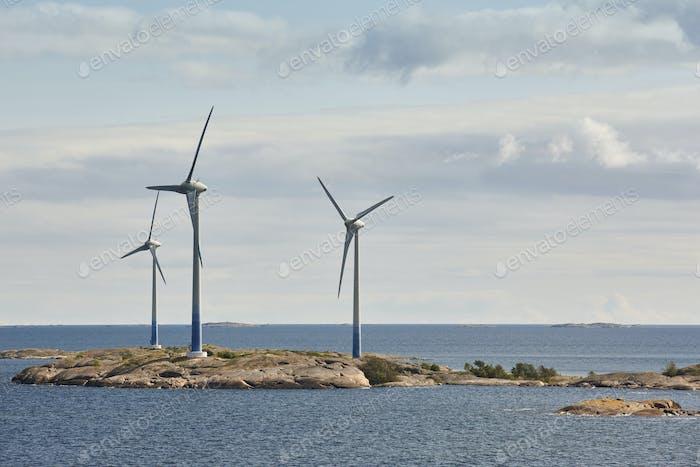 Windkraftanlagen in der Ostsee. Erneuerbare Energien. Finnische Meereslandschaft