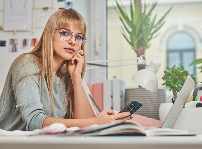 Hübsche Frau sitzt im Büro