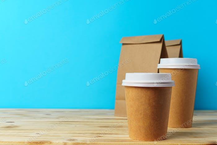 Bolsas de papel con recipientes para comida y café para llevar