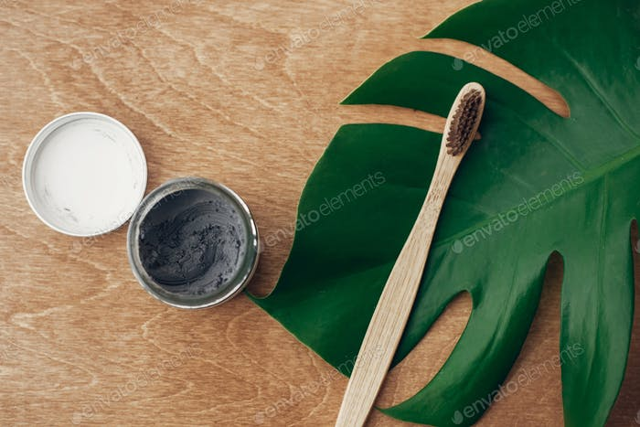 Natürliche Zahnpasta Aktivkohle und Bambus Zahnbürste