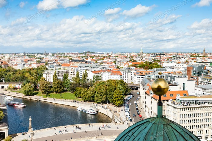 Berliner Stadt-Skyline mit Spree im September