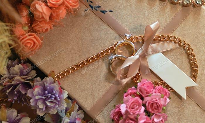 Verlobungsringe auf der Geschenkbox