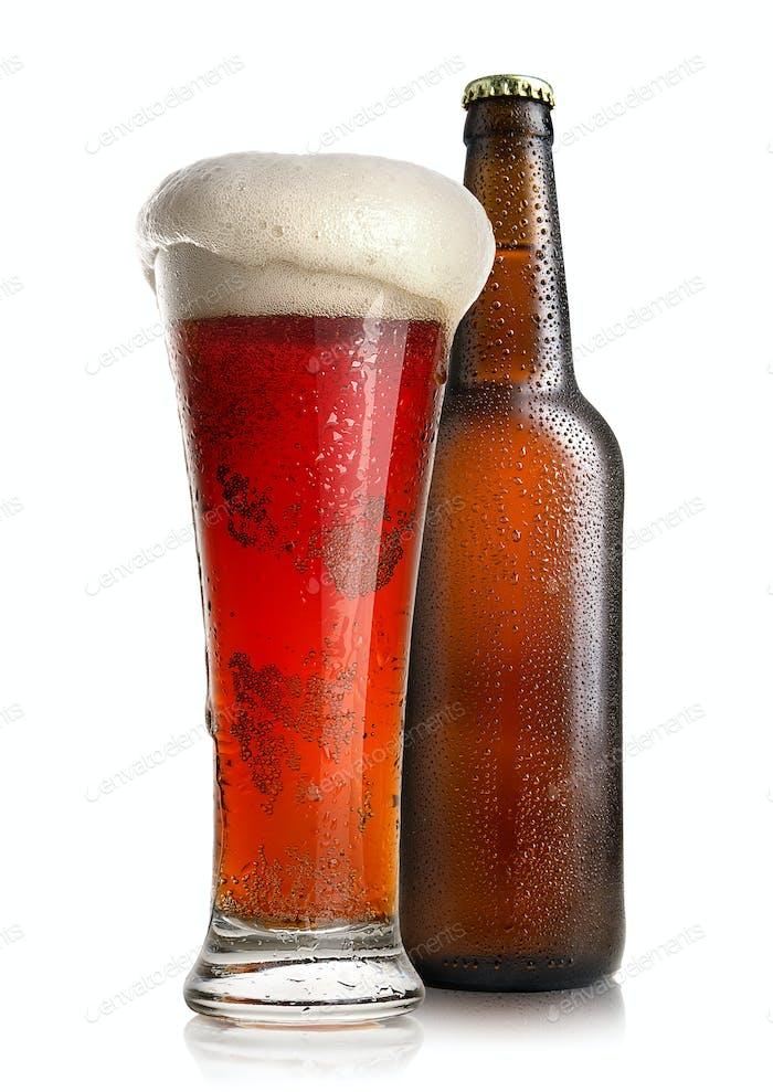 Rotes Bier und Flasche