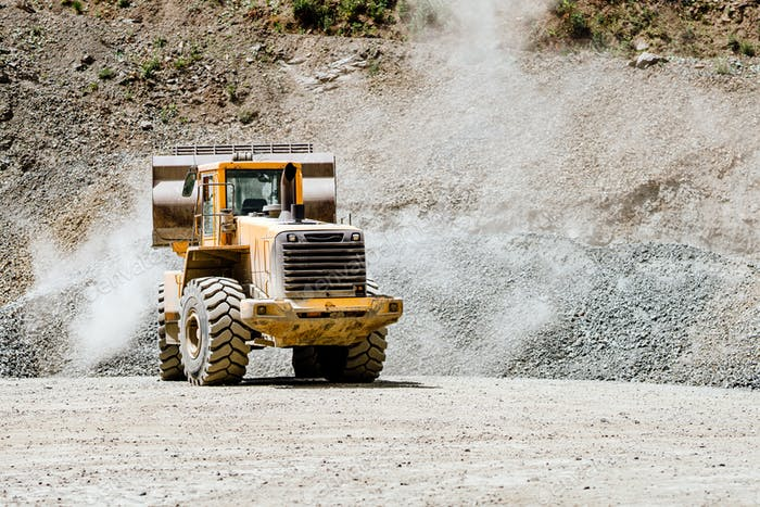 Radlader-Maschine lädt Steine in der offenen Grube, Eisenerzabbau.
