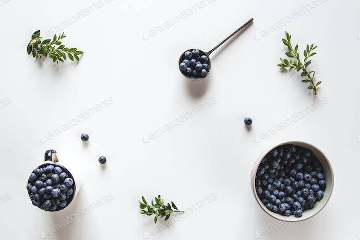 Frische rohe Bio-Bauernhof Blaubeere in Tasse auf weißem Hintergrund, Kopierraum. Gesunde Ernährung, Gesundheit