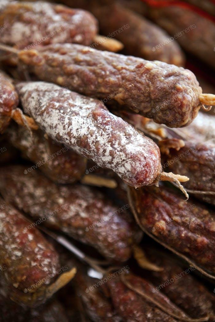 Schweinefleischwürste auf einem Marktstand