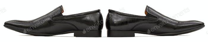 Klassische schwarze Herrenschuhe aus Leder, isoliert auf weißem Hintergrund