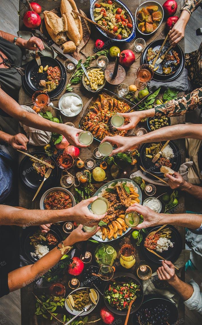 Flat-lay der Familie klinkende Gläser über Tisch mit türkischen Lebensmitteln