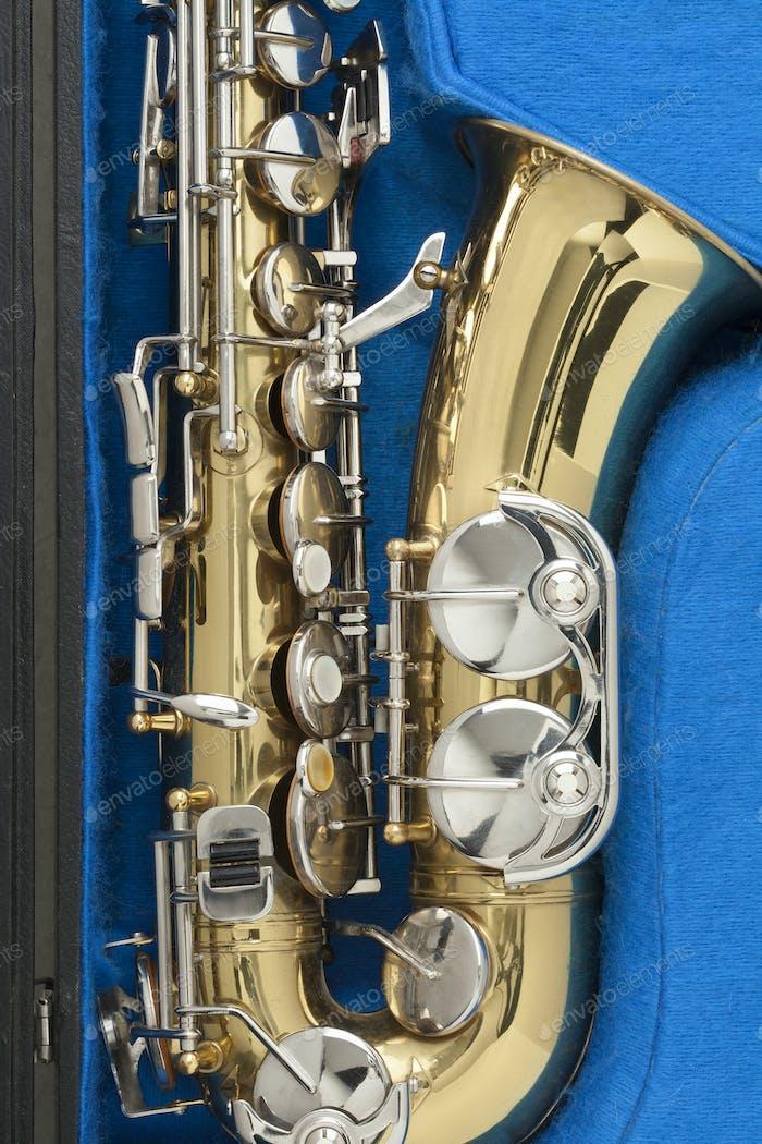Saxophon aus glänzendem Bronze im blauen Etui