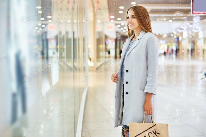 Hübsche Frau Fenster Shopping in Mall