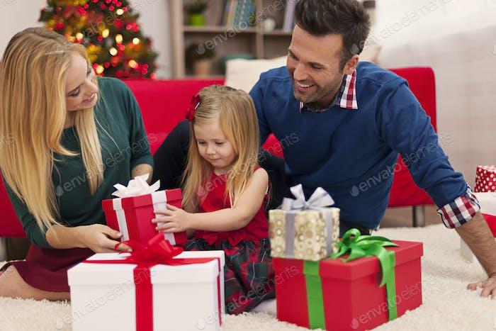 Frohe Familie Eröffnung Weihnachtsgeschenke