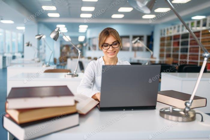 Studentin studieren am Laptop in der Bibliothek