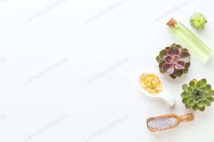 Bio pflanzliche grüne kosmetische Anordnung, Meersalz und handgemachte Kosmetik.