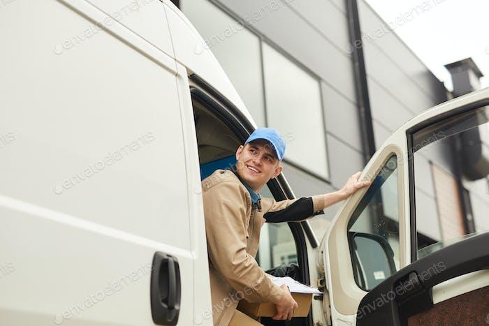 Lieferung des Pakets durch den Transporter