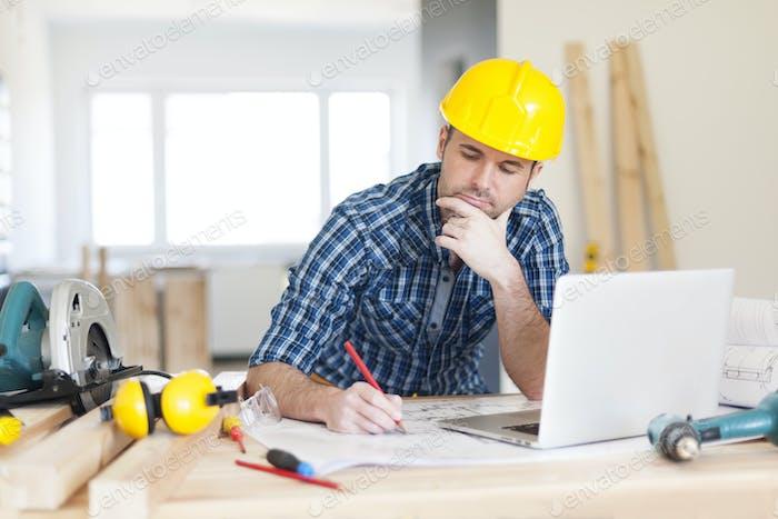 Concentrez le travailleur de la construction sur le chantier