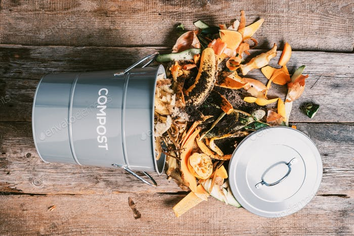 Küchenabfälle recyceln. Nachhaltiges Leben ohne Verschwendung. Pflanzliche Abfälle im Recycling-Komposttopf