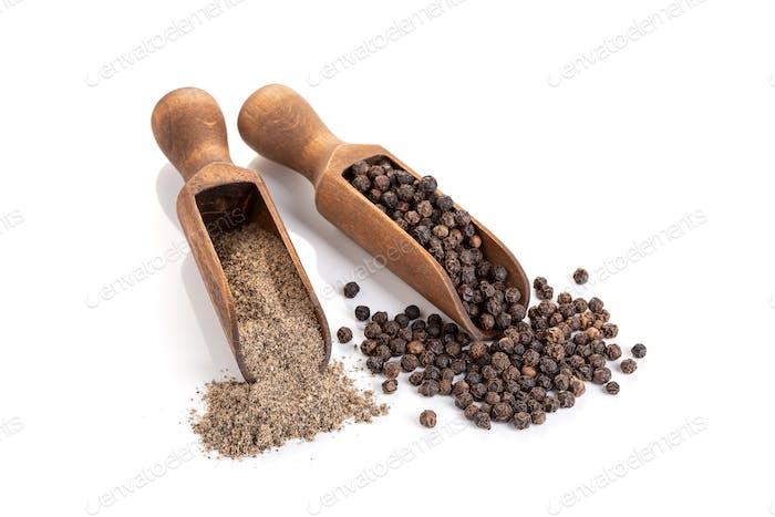 Schwarzer Pfeffer Samen und schwarzer Pfeffer gemahlen isoliert auf weißem Hintergrund