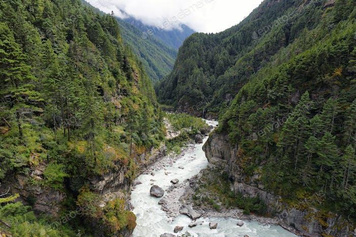 Malerische Berge und Fluss in der Nähe von Namche Bazaar