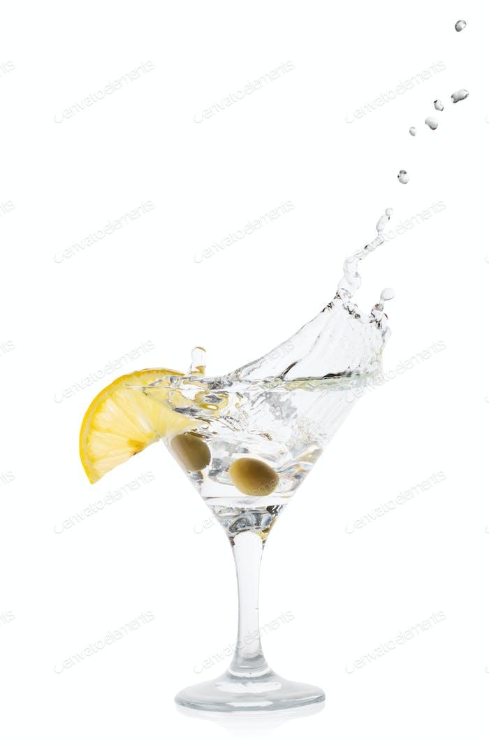 Martini Spritzer mit Zitrone und grünen Oliven in einem transparenten Cocktailglas