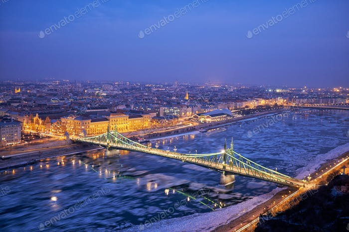 Liberty Brücke Donau Fluss Winter in Budapest Nacht