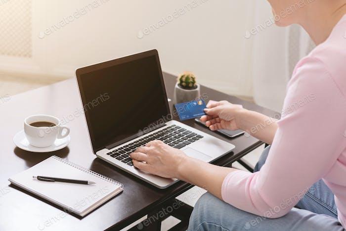Senior Frau Kauf von Waren im Internet zu Hause, Nahaufnahme