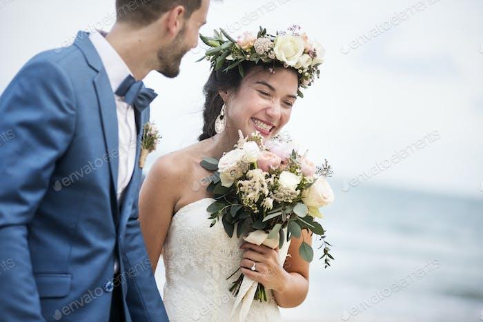 Junges Paar immer heiraten am Strand