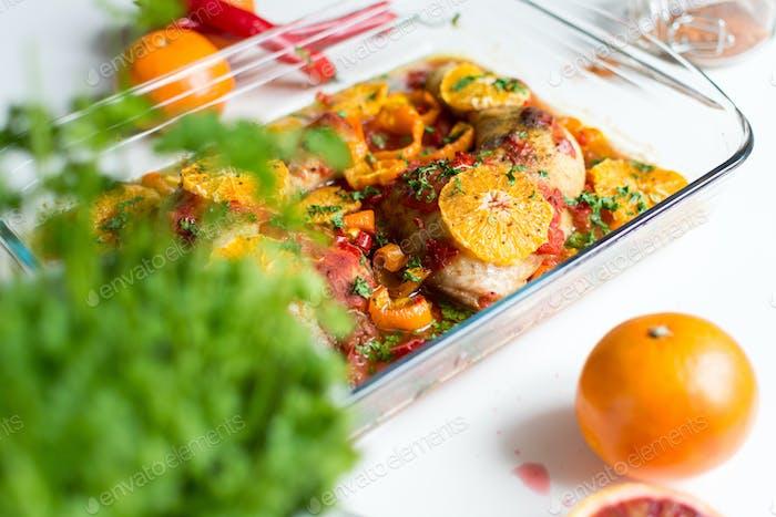 Hähnchenschenkel mit Tomaten, Paprika und Orangen
