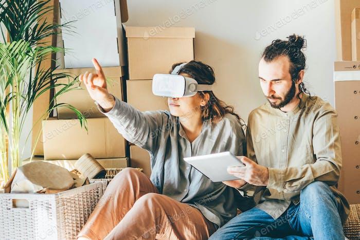 pareja planificación de diseño de interiores en realidad virtual.